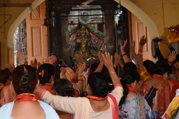 מאמינות מתפללות במקדש בצ'אמבה (Chamba), יום לפני נסיעתנו לבהרמור. צילום: דניאל זוהר (23/8/19)