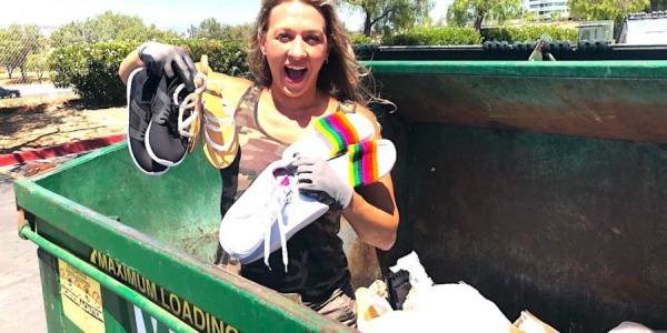 צוללת אשפה מוציאה מספר זוגות נעליים מפח האשפה, קליפורניה